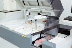 Moderne medische apparatuur voor automatische biochemische analyse van bloed en serum royalty-vrije stock afbeeldingen