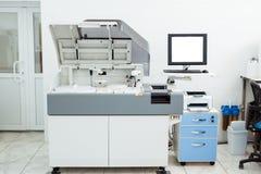 Moderne medische apparatuur voor automatische biochemische analyse van bloed en serum royalty-vrije stock fotografie