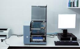 Moderne medische apparatuur voor automatische biochemische analyse van bloed en serum stock afbeelding