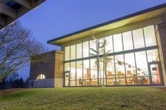 Moderne menings openbare bibliotheek bij nacht stock afbeeldingen