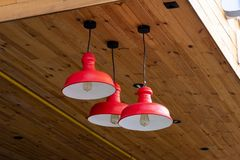 Moderne metaal rode kroonluchters royalty-vrije stock foto's