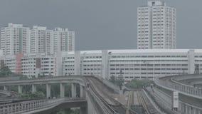 Moderne metro op een spoorweg in Sinapore op een achtergrond van stadsgebouwen schot MRT van de de massa snelle trein van Singapo stock video