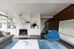 Moderne midden van de eeuw vernieuwde woonkamer stock foto
