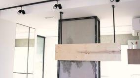 Moderne minimalistic en heldere woonkamer in schaduwen van cyaan met bankhoogtepunt van kussens, stoel, drie koffietafels stock videobeelden