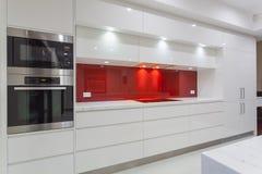 Moderne minimalistische keuken Stock Afbeeldingen