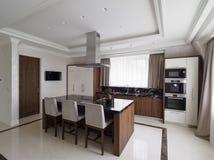 Moderne minimalistische keuken met eetkamer Stock Afbeeldingen
