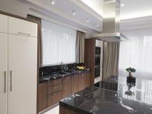 Moderne minimalistische keuken met eetkamer Royalty-vrije Stock Foto