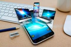Moderne mobiele telefoon die technologie-apparaten aansluiten Stock Afbeeldingen