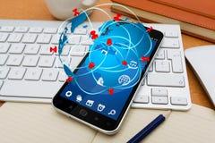 Moderne mobiele telefoon met de toepassing van het reispictogram Royalty-vrije Stock Foto's