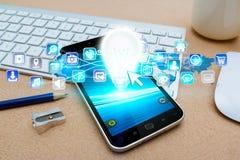 Moderne mobiele telefoon met lightbulb en digitale pictogrammen Royalty-vrije Stock Foto