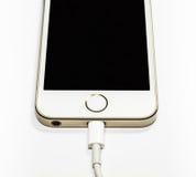 Moderne mobiele telefoon op last Op een witte achtergrond stock afbeelding