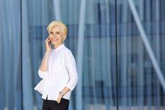 Moderne Modefrau, die am Handy spricht Stockbild