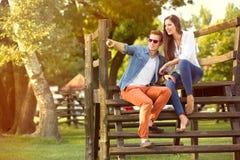 Moderne Modepaare im Park Stockbilder