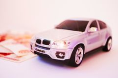 Moderne, modieuze auto op een witte achtergrond, geld Symbool van succes stock foto's
