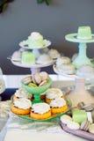 Moderne modieuze het suikergoedbar van het luxehuwelijk Makarons en cupcakes stock afbeelding