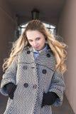 Moderne modische kaukasische blonde Frau, die draußen im alten Bogen aufwirft Lizenzfreies Stockbild