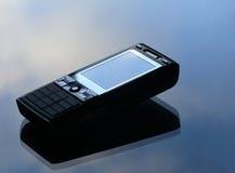 Moderne monile telefoon die op blauwe achtergrond wordt geïsoleerde Royalty-vrije Stock Afbeelding