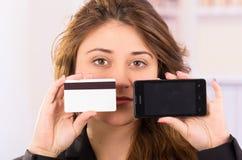 Moderne mooie jonge de celtelefoon van de vrouwenholding Stock Afbeeldingen