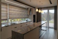 Moderne mooie keuken met huismeubilair in luxehuis stock afbeelding