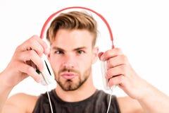 Moderne muziek Nieuwe technologie in het moderne leven de sexy spiermens luistert muziek de mens luistert nieuw lied dat op wit w royalty-vrije stock afbeelding
