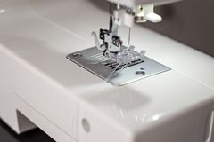 Moderne Nähmaschinenahaufnahme lizenzfreie stockfotografie