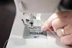 Moderne Nähmaschinenahaufnahme, die Nadel - Bild verlegt stockfoto