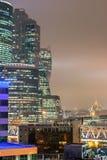 Moderne nachtstad met wolkenkrabbers Royalty-vrije Stock Foto