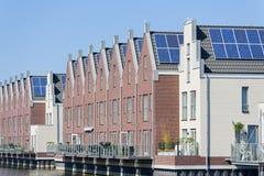 Moderne Nederlandse huizen met zonnepanelen op dak Stock Fotografie