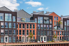 Moderne Nederlandse kanaalhuizen Stock Foto