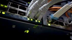 Moderne netwerkschakelaar met kabels stock videobeelden