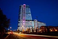 Moderne noordelijke Europese stad bij nacht stock foto