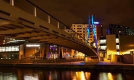 Moderne noordelijke Europese stad bij nacht royalty-vrije stock afbeeldingen