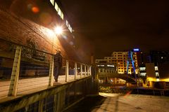 Moderne noordelijke Europese stad bij nacht stock afbeeldingen