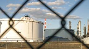 Moderne olieraffinaderij stock afbeeldingen