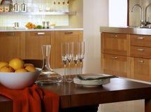 Moderne ontwerperkeuken met eettafel Stock Afbeeldingen