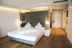 Moderne ontworpen slaapkamer in een Hotel in Zuid-Tirol royalty-vrije stock foto's
