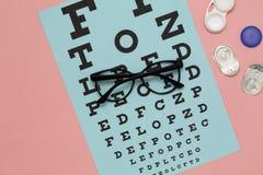 Moderne oogglazen, contactlenzen en toebehoren op kleurenachtergrond Het concept van de visie stock foto's