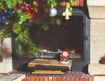 Moderne open haard in Nieuwjaar` s vakantie Op logboeken Santa Claus stock afbeelding