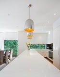Moderne open plan Australische keuken en het dineren vernieuwing royalty-vrije stock afbeelding