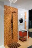 Moderne oranje badkamers Stock Afbeelding