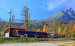 Moderne oranje kabelbaan in Slowakije stock afbeelding