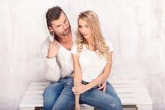 Moderne Paare in den Jeans Lizenzfreies Stockfoto