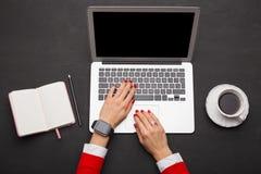 Moderne Person, die an Laptop arbeitet Stockfoto
