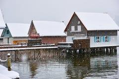 Moderne Pfahlhäuser am Winter im Schneegestöber Stockbild