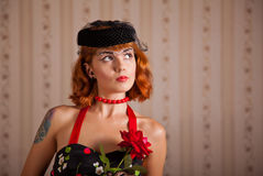 Moderne pinup Frau mit Durchdringen und Tätowierung Lizenzfreie Stockbilder