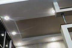 Moderne plafonds op verscheidene niveaus binnen een flat of h royalty-vrije stock foto