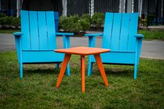 Moderne Plastic Adirondak-Stoelen Stock Foto's