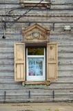 Moderne plastic die vensters door oude houten architrafen en blinden worden ontworpen Royalty-vrije Stock Afbeeldingen