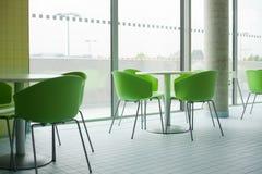 Moderne plastic stoel binnen het restaurant Stock Afbeelding