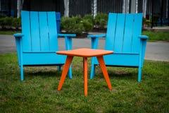Moderne Plastik-Adirondak-Stühle Stockfotos